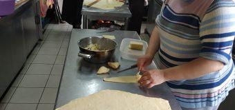«Το Στέκι του Γρηγόρη» στα Νιφορέικα: Μπήκαμε στην κουζίνα του και είδαμε πώς φτιάχνονται οι πίτες με το χειροποίητο φύλλο, που γίνονται ανάρπαστες! ΦΩΤΟ